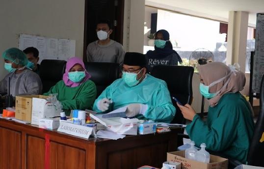 Kunjungan Kadinkes Secara Rutin Visite Pasien di Rumah Isolasi Rumdin Untuk Percepat Angka Kesembuhan Pasien