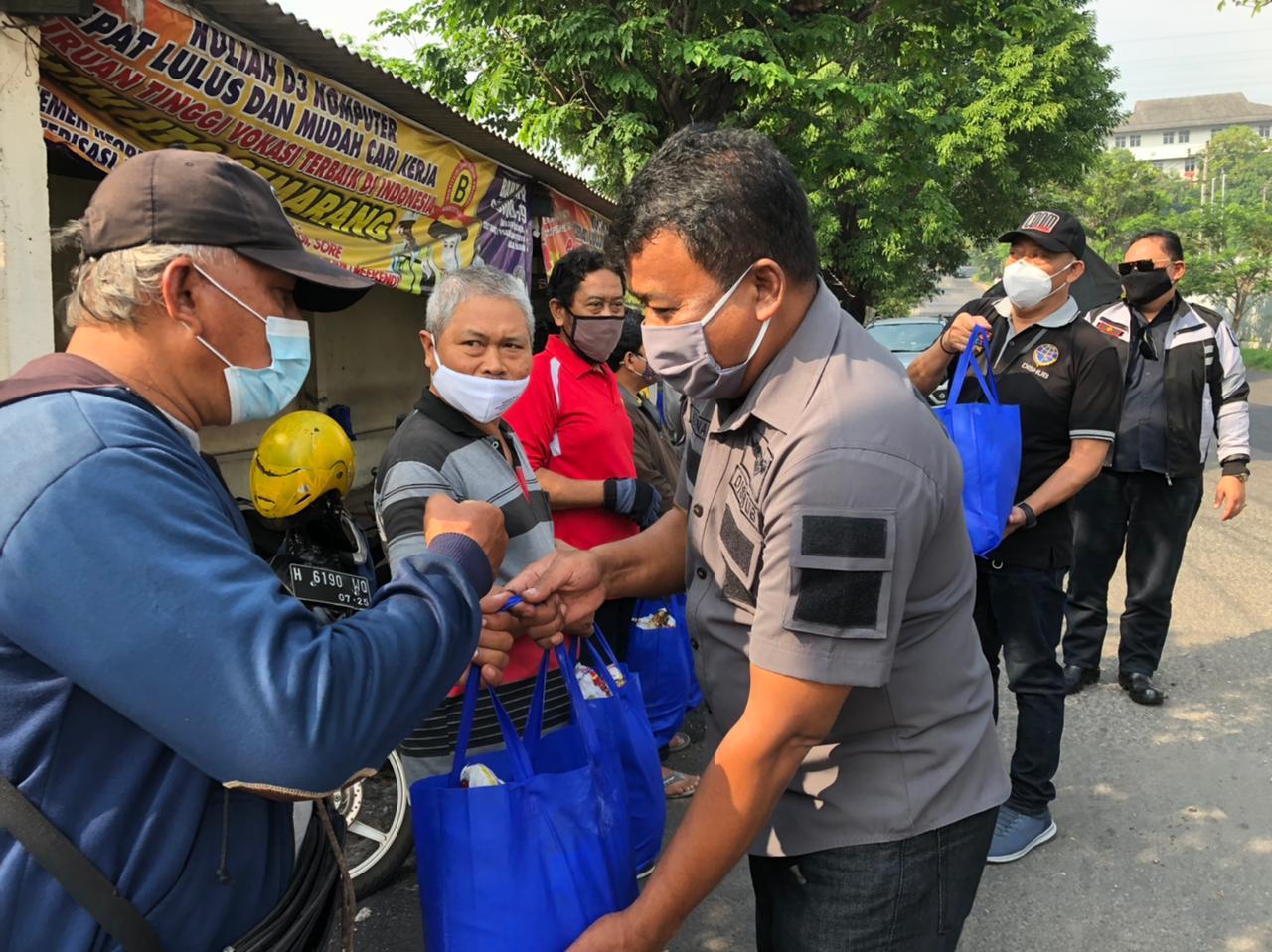 Dinas Perhubungan Kota Semarang memberikan bantuan sembako kepada ojek konvensional.